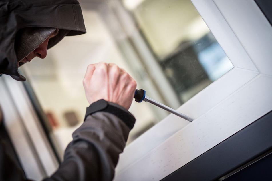 Mann macht sich mit Werkzeug an Tür zu schaffen: Nach seiner Erklärung hilft die Polizei mit
