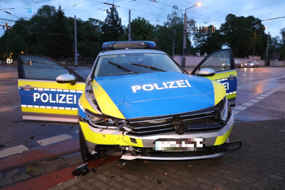 Auch der Streifenwagen der Polizei wurde demoliert.