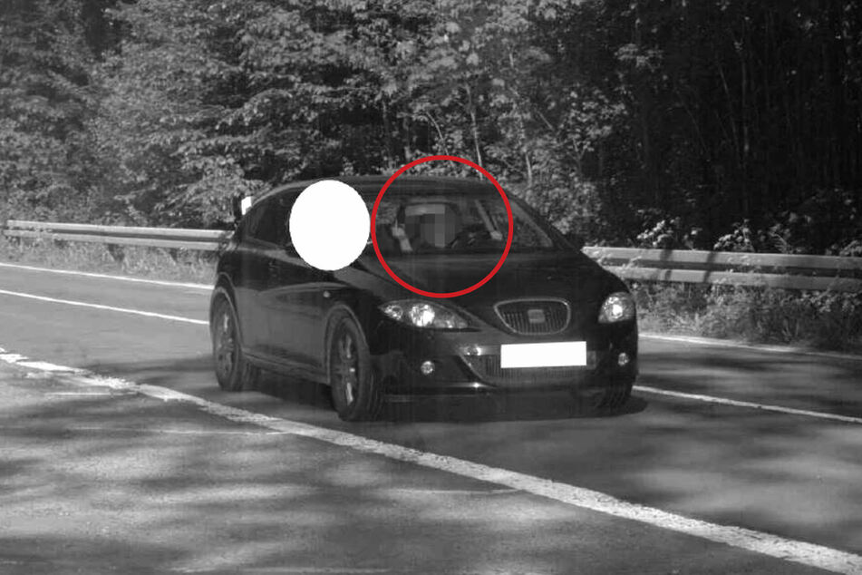 Am Montag hat eine Frau in Herscheid (Märkischer Kreis) Mitarbeitern in einem Radarwagen erst den Mittelfinger gezeigt und dann ein provokantes Schauspiel gestartet.
