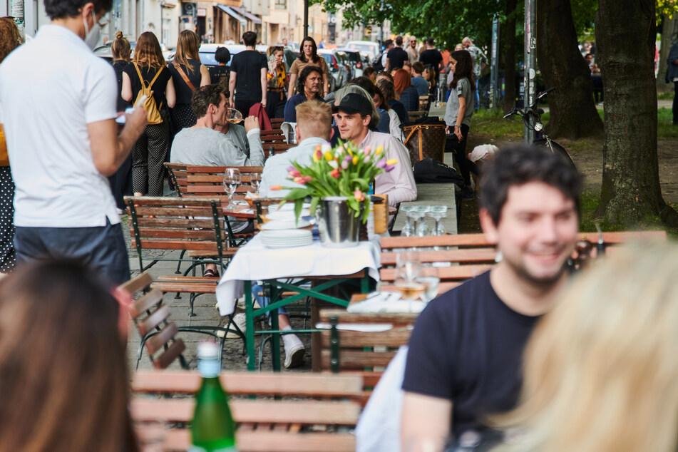 Der Sommer ist da, die Inzidenz sinkt: In Restaurants wie hier in Berlin wird die neue Freiheit genossen.