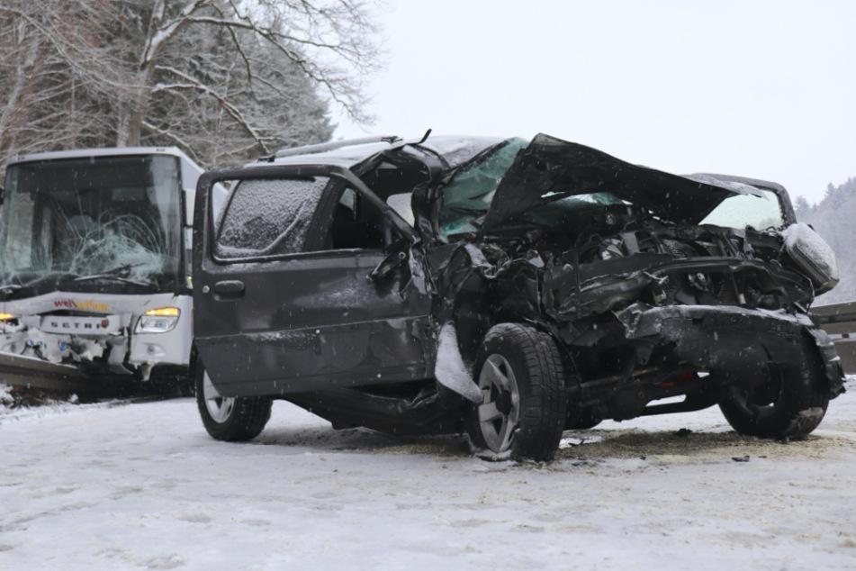 Autofahrerin kommt bei Glätte auf Gegenspur und kracht in Bus