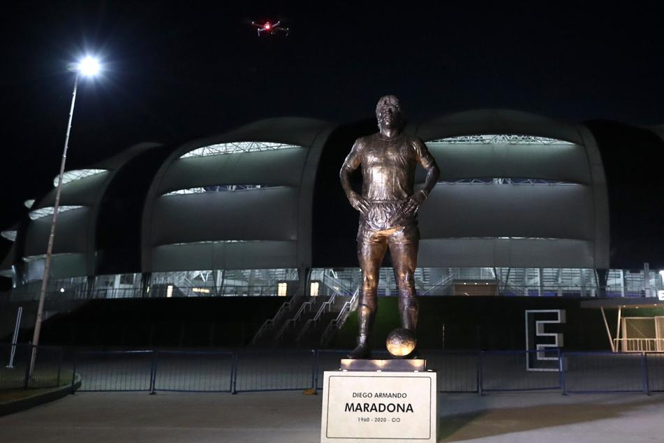 Del Estero: Eine Statue der verstorbenen Fußballlegende Diego Maradona steht vor dem Madre de Ciudades-Stadion.