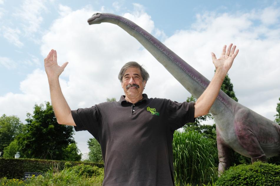 Dinofiguren-Erfinder Don Lessem (70), Paläontologe und Autor, steht im Zoo Leipzig vor einem Modell des wahrscheinlich größten Landlebewesens der Erdgeschichte.