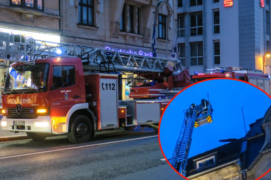 Feuerwehreinsatz in Aue:Brett droht, von Dach zu stürzen