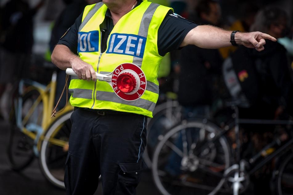 Polizist schnappt sich Rad von Passanten und fährt davon!