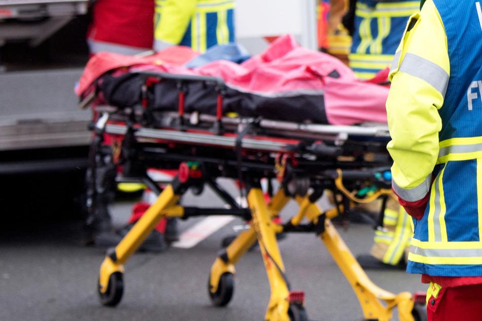 Tödlicher Unfall: Auto kommt ins Schleudern und kracht frontal gegen Lastwagen