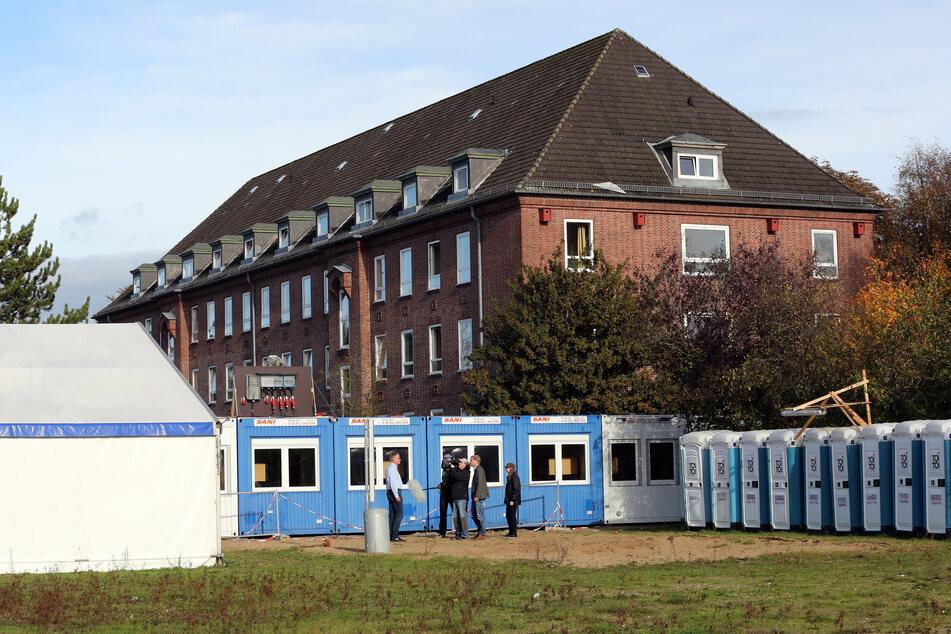 Wohncontainer und ein Zelt stehen auf dem Gelände der Landesunterkunft für Asylsuchende in Neumünster (Schleswig-Holstein). (Archivbild)
