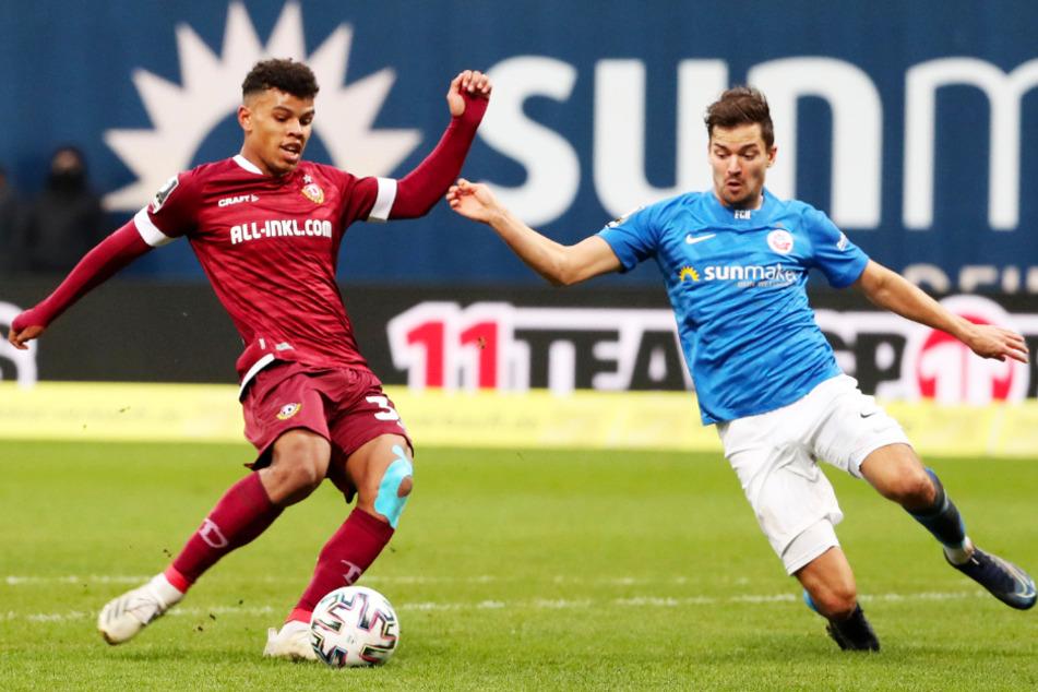 Ransford Königsdörffer (19, l.) hat momentan einen Lauf! Hier trifft er zum 3:0 für Dynamo. Hansa-Abwehrchef Julian Riedel (29) kommt zu spät.