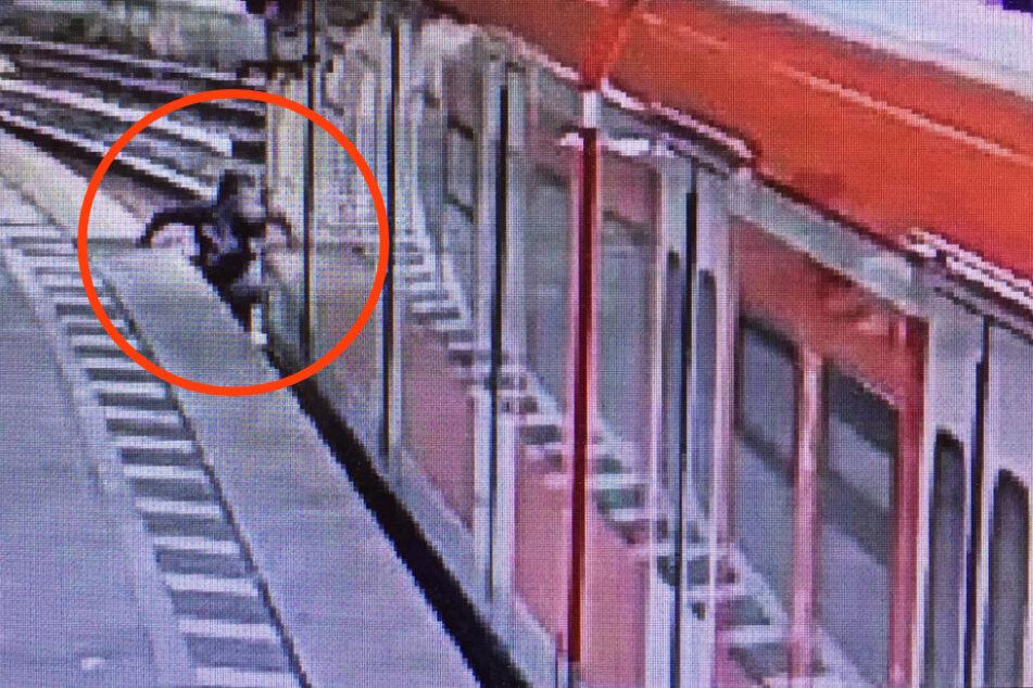 Krasse Aktion im Kölner Hbf: Mann setzt sich vor Zug und will nicht weg