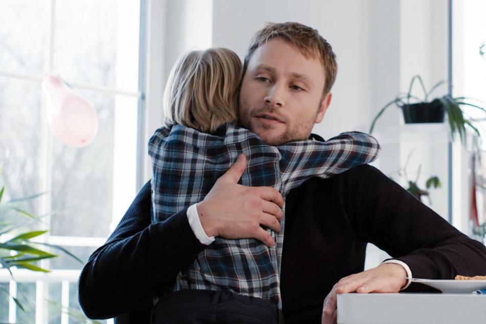 Markus (Max Riemelt) umarmt seinen Neffen.
