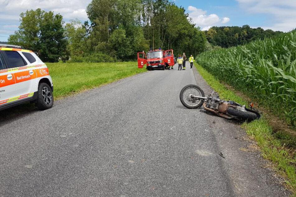 Tödlicher Unfall: Junger Motorradfahrer stürzt und wird von Auto überrollt
