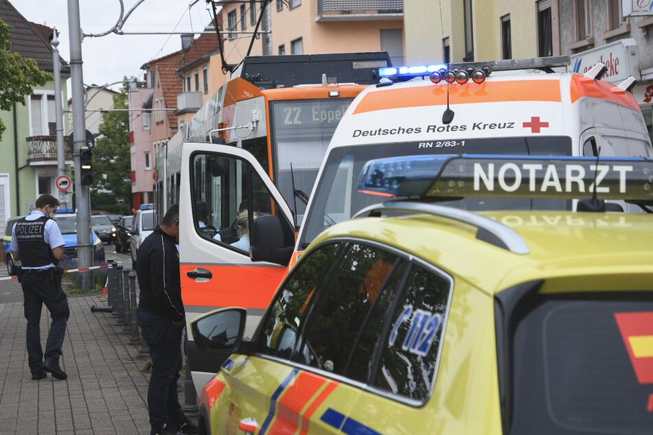 Einsatzkräfte an der Unfallstelle. Ein Fußgänger wurde von einer Straßenbahn erfasst.