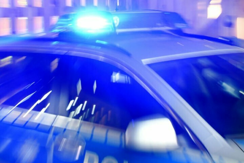 """Die Polizei beendete die Feier auf einer """"Art Flugzeughangar"""" in einem Industriegebiet am Sonntagmorgen nach Beschwerden von Anwohnern wegen Ruhestörung. (Symbolbild)"""