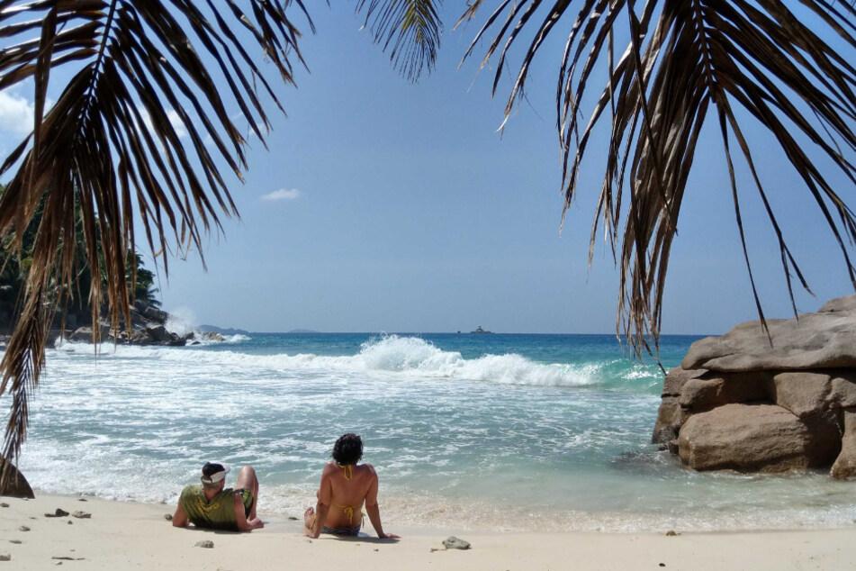 Der Strand Anse Patates auf der Seychellen-Insel La Digue. Die Corona-Krise ist auch die Zeit des Fernwehs. Das Auswärtige Amt rät von allen touristischen Reisen ab und der Urlaub scheint zumindest für das Jahr 2020 plötzlich in weite Ferne gerückt.