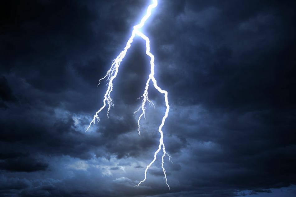 Ein Blitzeinschlag hat in der Nacht zu Montag den Dachstuhl eines Wohnhauses im Wartburgkreis in Brand gesetzt. (Symbolbild)