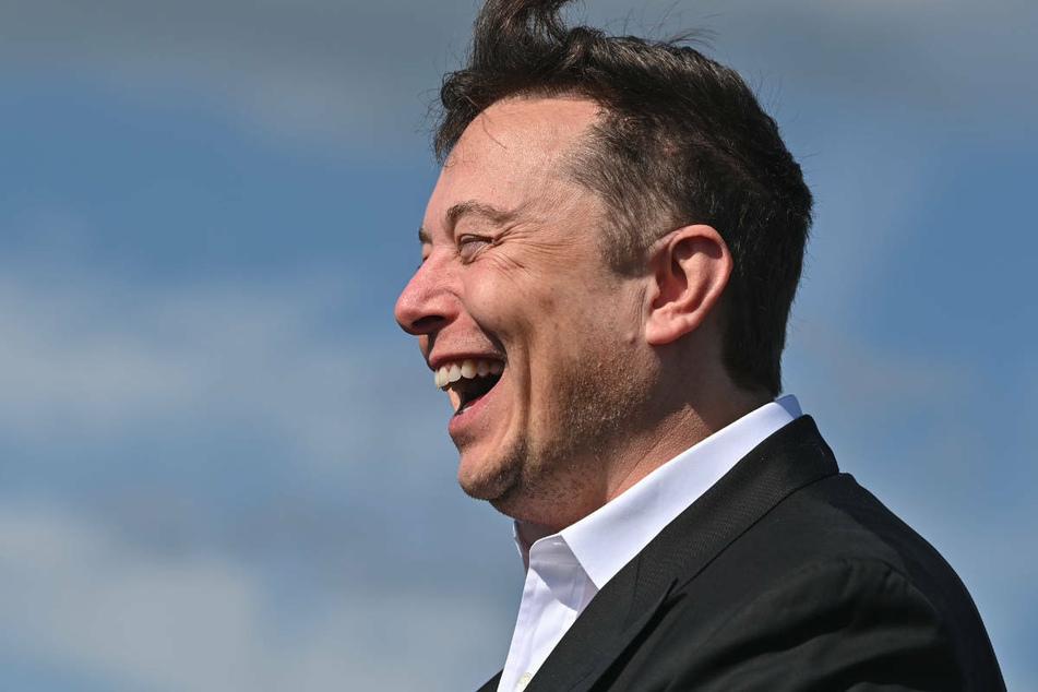 Elon Musk (50) steht lachend auf der Baustelle der Tesla Gigafactory. Das Lachen dürfte dem Tesla-Chef auch nach der Ablehnung des Eilantrages zweier Naturschutzverbände nicht vergangen sein.