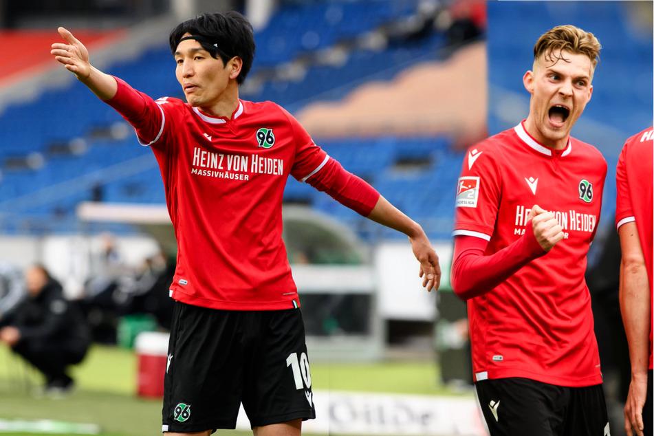 Genki Haraguchi (29, l.) könnte ablösefrei zum FC Schalke 04 wechseln. Für Marvin Ducksch (27) müssten die Knappen hingegen eine Ablösesumme an Hannover 96 zahlen.