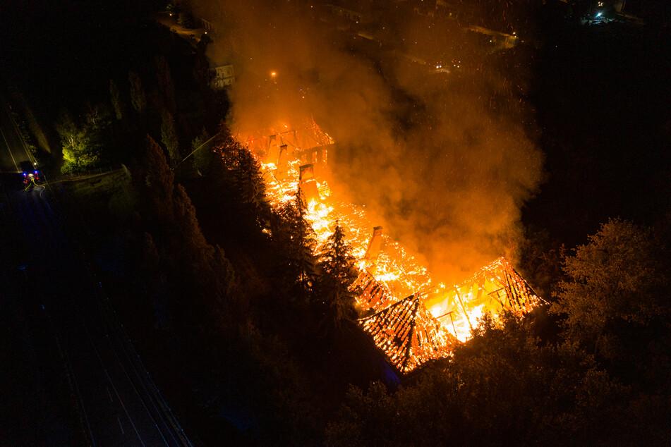 Großbrand eines ehemaligen Kasernengebäudes: Verletzt wurde offenbar niemand.