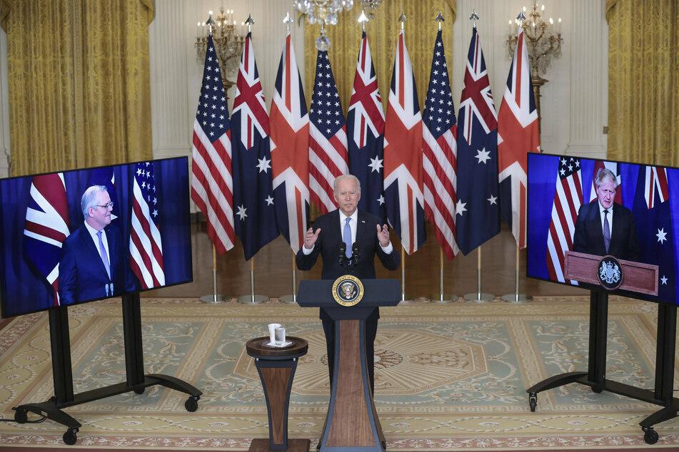 Joe Biden delivering his remarks on the new AUKUS partnership, flanked by Australian PM Scott Morrison (l.) and British PM Boris Johnson (r.).