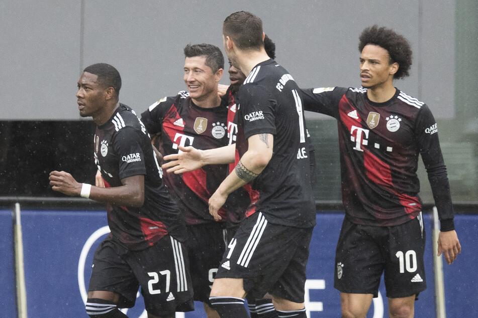 Robert Lewandowski (32, 2.v.l.) erzielte gegen den SC Freiburg am Samstagnachmittag bereits sein 40. Bundesliga-Saisontor für den FC Bayern München.