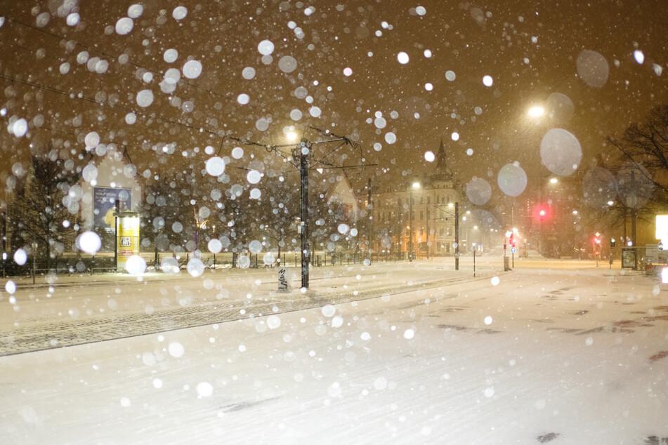 So wie hier in Hannover behindert dichtes Schneegestöber in vielen Teilen Deutschlands die Sicht.