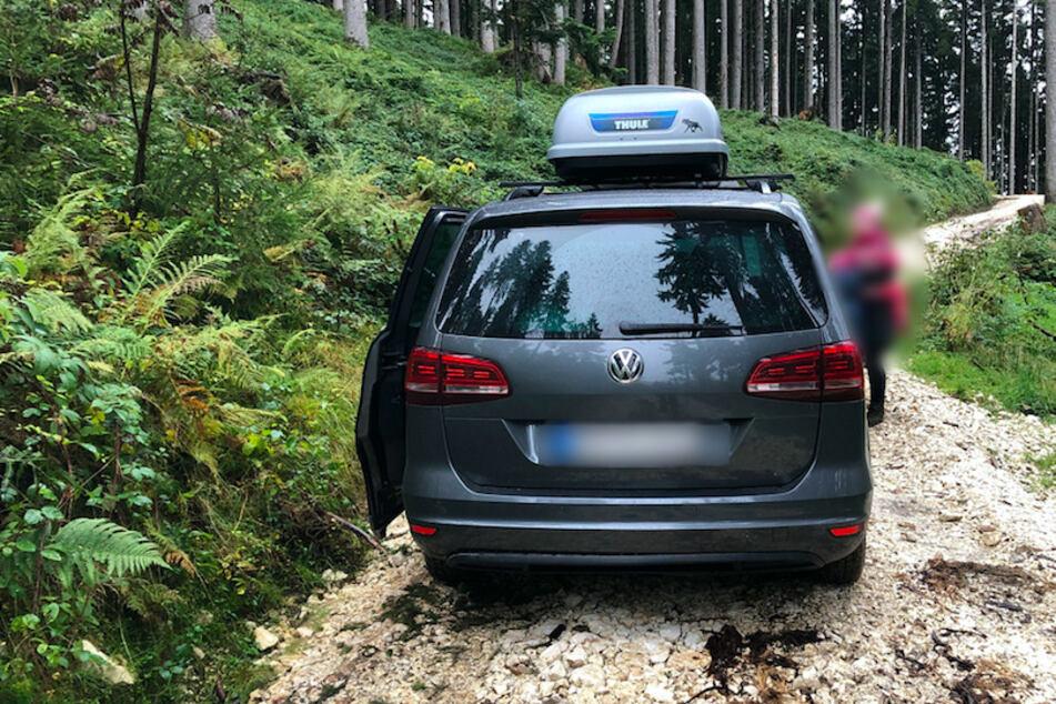 Touristen wollen mit dem Auto auf die Alm: Bergwacht rückt zur Rettung aus