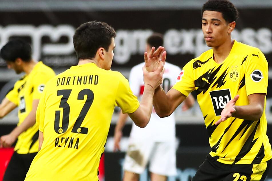 Giovanni Reyna (l.) feiert den BVB-Schützen zum 1:1: Jude Bellingham (r.).
