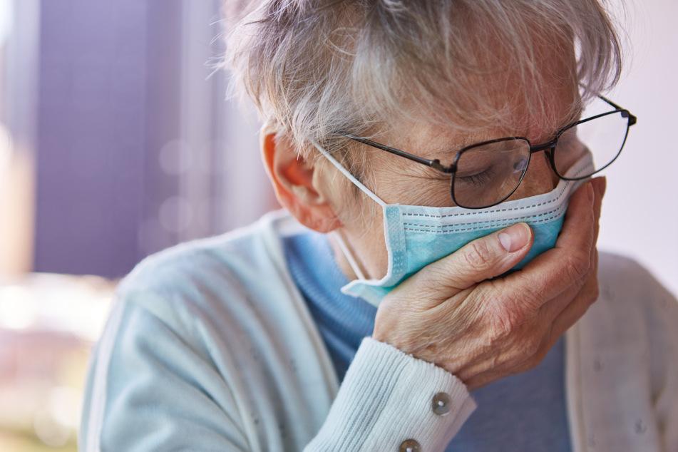 Bedenkliche Behauptung: Löst das Tragen eines Mundschutzes Augenherpes aus?