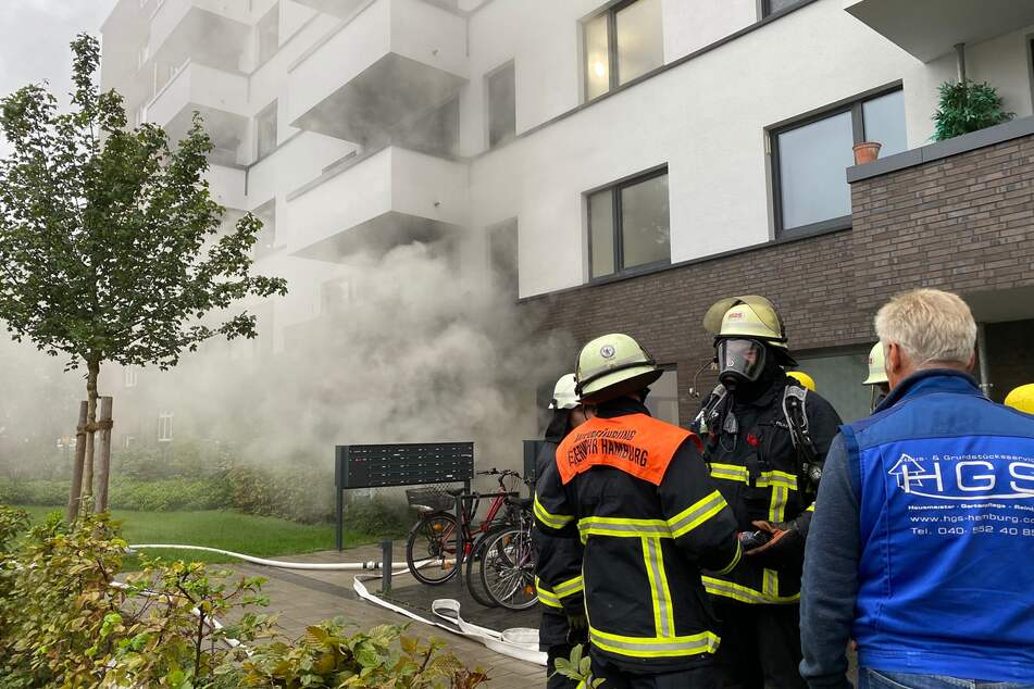 Feuer im Mehrfamilienhaus! Rettungskräfte noch immer im Einsatz