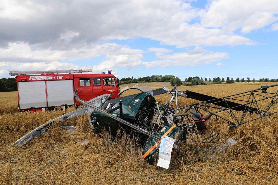 Hubschrauber kracht in Acker, drei Menschen verletzt