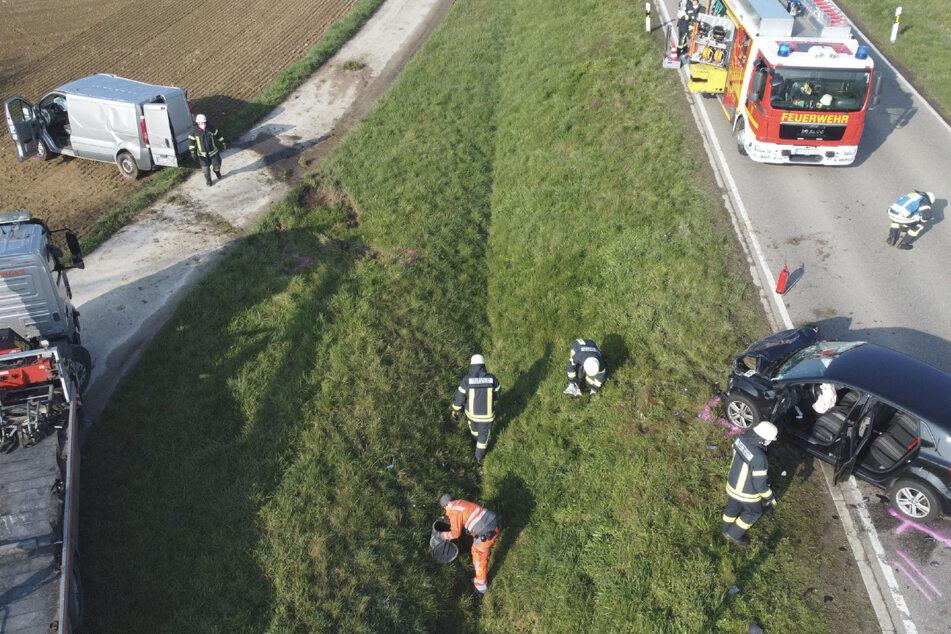 Feuerwehrleute an der Unfallstelle am Dienstagmorgen.