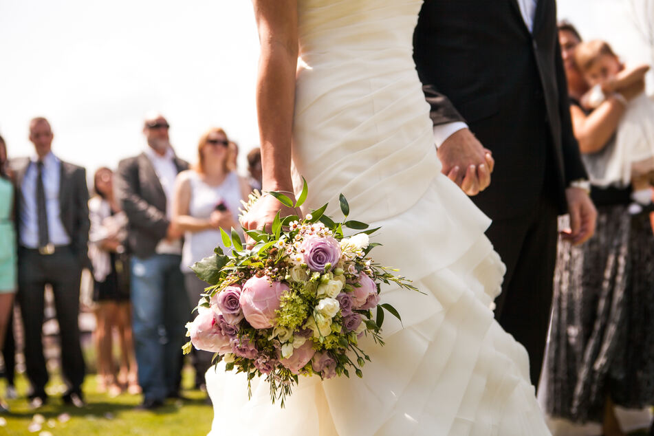 Braut ist sauer auf ihre Schwiegermutter, weil sie DAS auf der Hochzeit macht