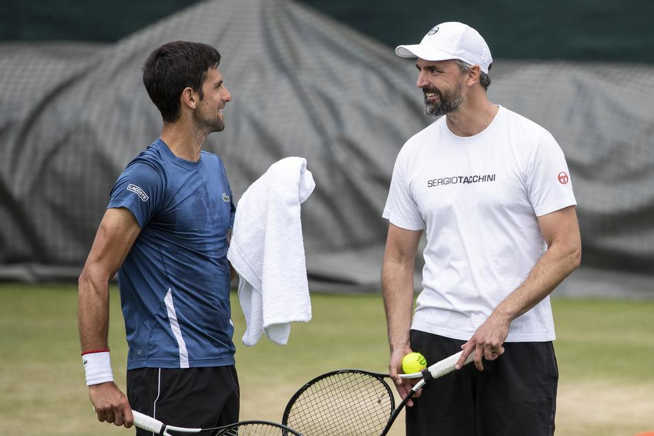 Novak Djokovic (links) aus Serbien unterhält sich mit Goran Ivanisevic.
