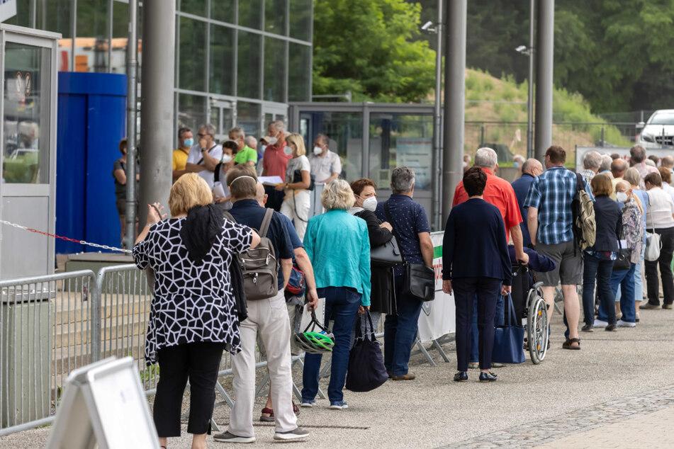 Mächtig was los: Vor dem Wolkenbruch am Freitagnachmittag gab es vor dem Chemnitzer Impfzentrum sogar eine Schlange.