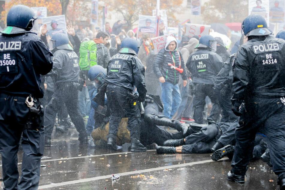 Polizisten liefern sich bei einer Demonstration gegen die Corona-Einschränkungen der Bundesregierung am Brandenburger Tor unweit des Reichstagsgebäudes handgreifliche Auseinandersetzungen mit Teilnehmern.