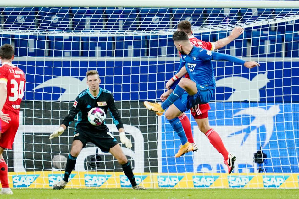 Hoffenheims Munas Dabbur (r.) scheitert an Berlins Torwart Andreas Luthe.
