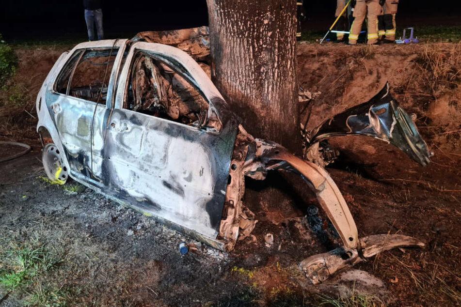 Das völlig zerstörte und ausgebrannte Autowrack an der Landstraße 16.