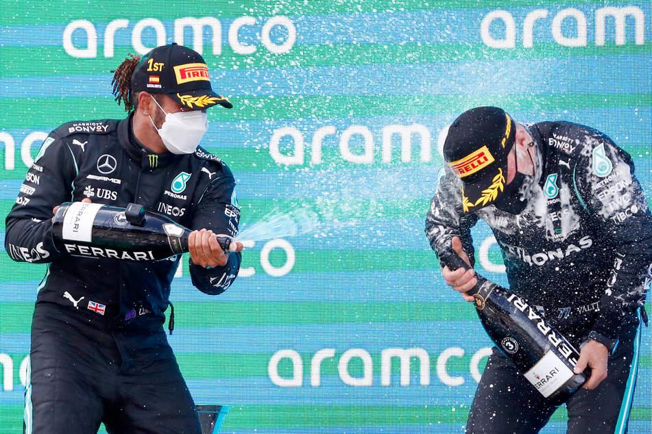 Lewis Hamilton bejubelt seinen Sieg auf dem Podium mit seinem Teamkollegen Valtteri Bottas (3., 31).