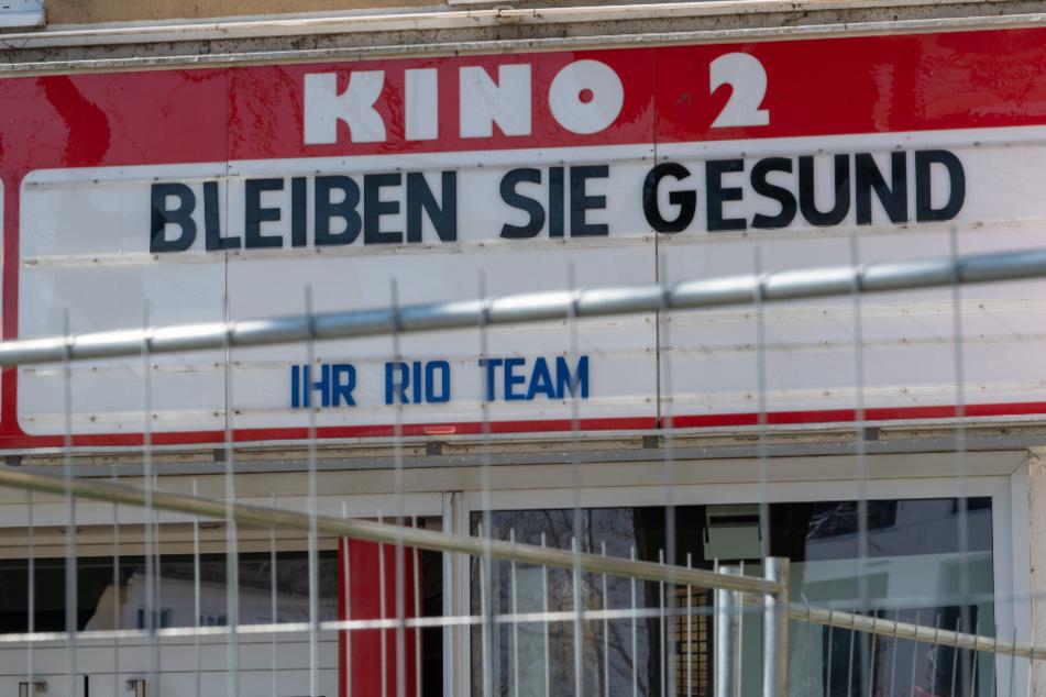 """""""Bleiben Sie gesund"""" steht über dem Eingang eines geschlossenen Kinos im Bezirk Haidhausen. (Archiv)"""