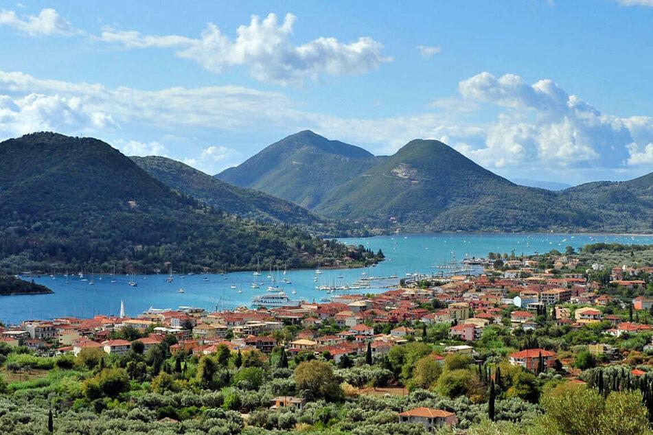 Der Blick auf das Dorf Nydri bei Lefkada-Stadt.