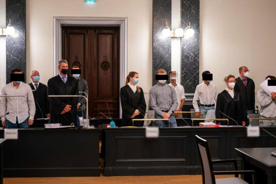 Auf der Anklagebank: (v.l.) Tim S. (16, v.l.), Thomas M. (20), Johannes P. (17), Jihad B. (15) und Norman P. (19).