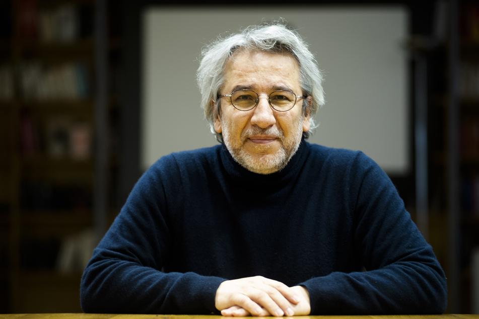 Can Dündar (59), der ehemalige Chefredakteur der türkischen Zeitung Cumhuriyet, wurde am Mittwoch zu 18 Jahren und neun Monaten Haft wegen Spionage und zu weiteren acht Jahren und neun Monaten wegen Terrorunterstützung verurteilt.