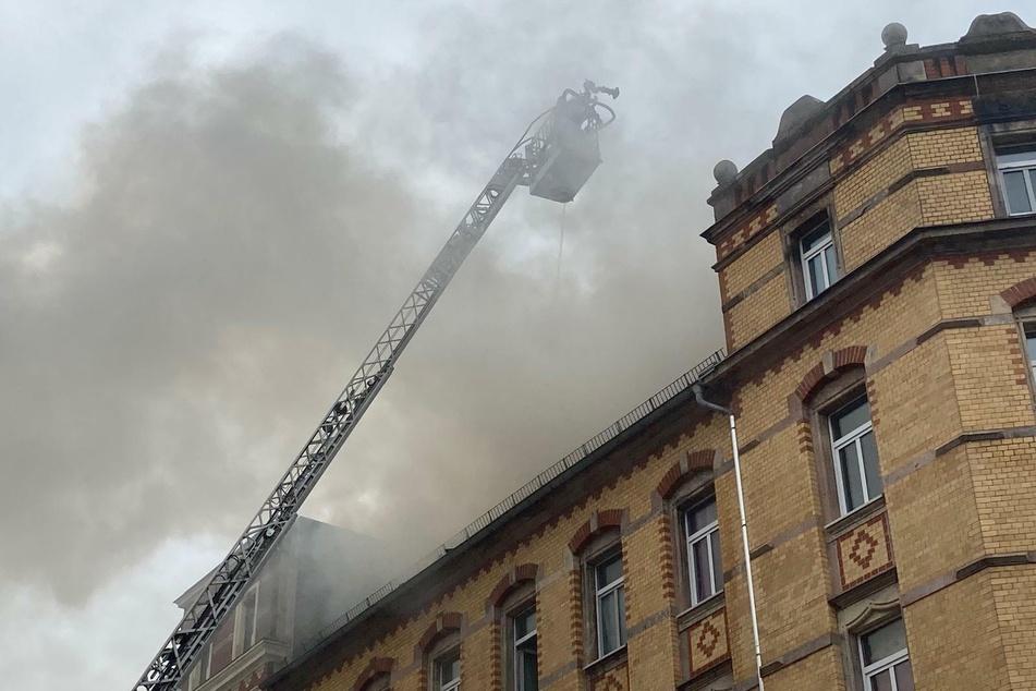 Auf dem Chemnitzer Sonnenberg brennt ein Dachstuhl.