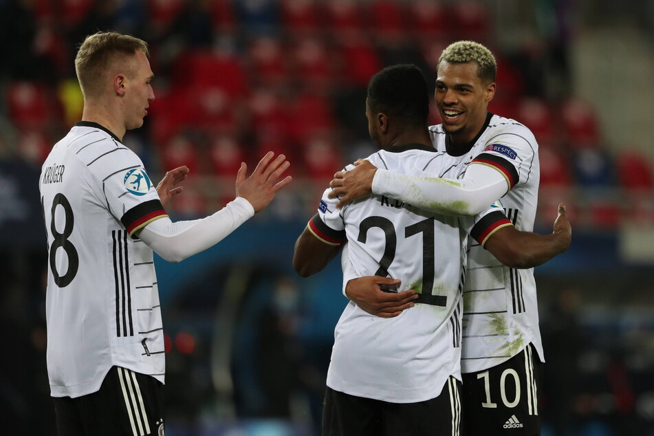 Nach 67 Minuten feierte Florian Krüger (l.) sein EM-Debüt und war gleich mittendrin. Wenige Augenblicke später gratulierte er zusammen mit Lukas Nmecha (22, r.) dem Torschützen zum 3:0, Ridle Baku (22).
