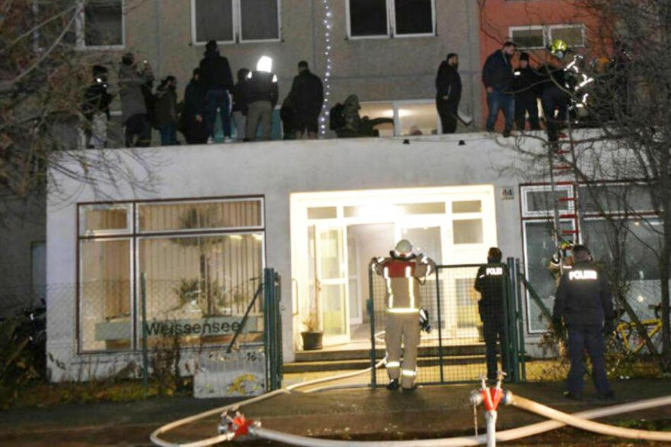 Brand in Berlin: Feuerwehr rettet 50 Menschen über Vordach