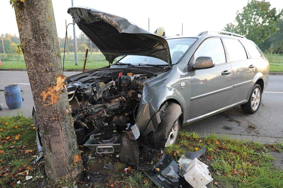 Auto kracht gegen Baum: Fahrerin schwer verletzt