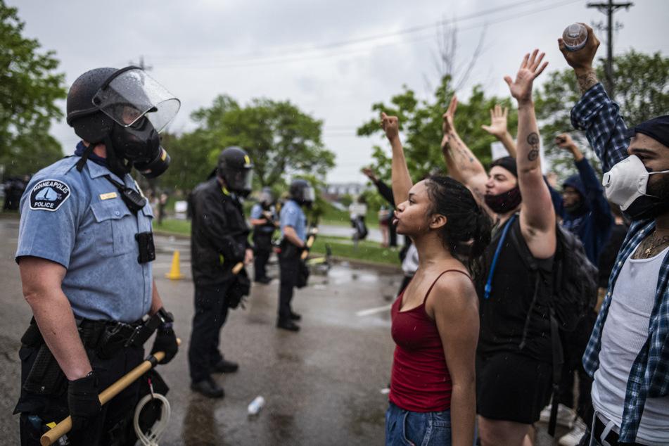 Nach dem brutalen Einsatz demonstrierten Menschen.