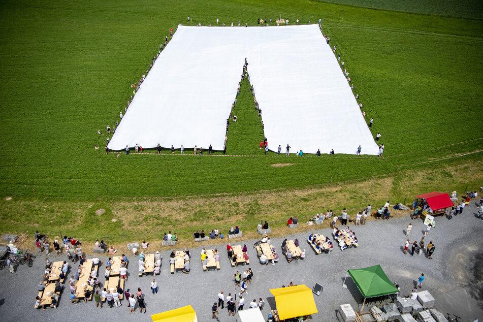 Was für ein Teil! Ein Schneider in der Schweiz hat eine Hose von fast 70 Metern Länge und 700 Kilogramm Gewicht gefertigt.