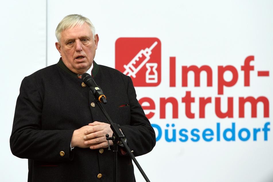 In der Debatte um Fahrmöglichkeiten zu den Impfzentren und Taxi-Gutscheine für ältere Menschen setzt Gesundheitsminister Karl-Josef Laumann (CDU) auf kommunale Lösungen wie auf Hilfe aus dem Familienkreis.