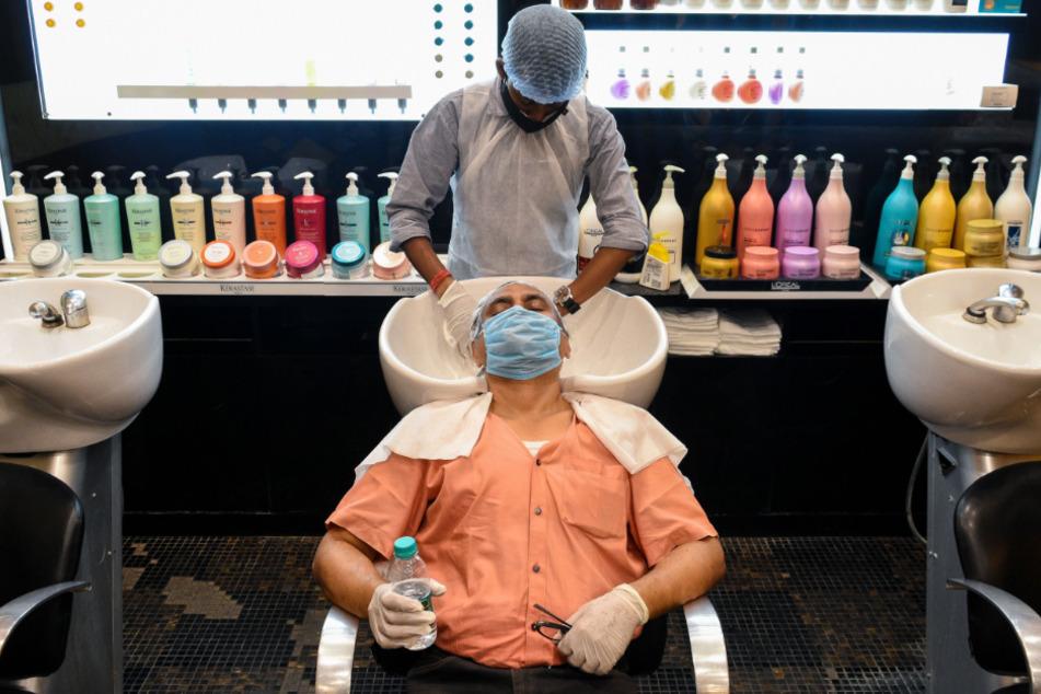 Auch Friseure haben wieder in Indien geöffnet.